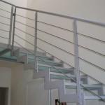 dettaglio scala con gradino in vetro