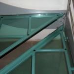 dettaglio gradino in vetro naturale con sostegno in telaio tubolare